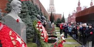 Admiradores rusos de un tirano que mató a no menos de treinta millones de personas por hambre o bala.