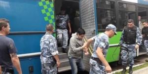 Los acusados del abuso en Miramar en el momento del traslado luego de ser detenidos.