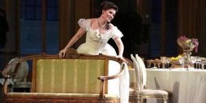 """La soprano letona Marina Rebeka es una impecable Violeta en la puesta actual de """"La traviata"""". Plácido Domingo asumirá el rol de Germont padre en marz"""
