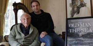 El amigo y biógrafo de Ernest Hemingway A.E. Hotchner, a la izquierda, posa con su hijo Tim Hotchner el martes 22 de enero del 2019 en su casa en West