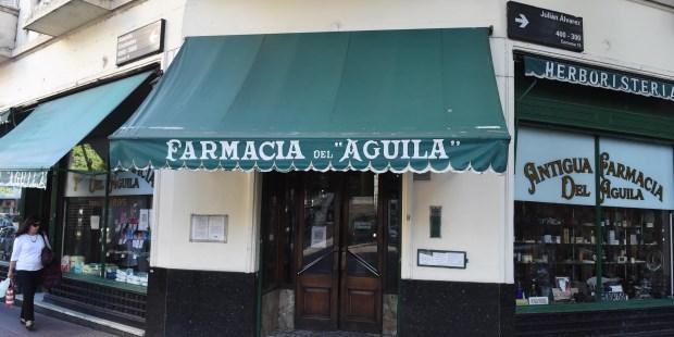 La Antigua Farmacia del Aguila, un negocio como los de antes, en el corazón de Villa Crespo. (Gustavo Carabajal)