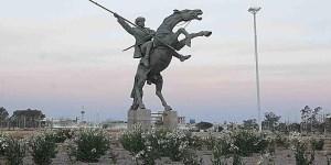 Monumento a Facundo Quiroga en La Rioja. Con más de veinte metros de altura, se lo ve montado sobre un caballo que se apoya en sus patas traseras y en