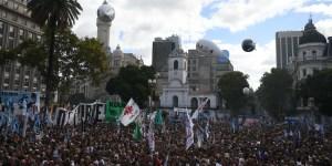 Multitudinaria marcha a 43 años del último golpe militar