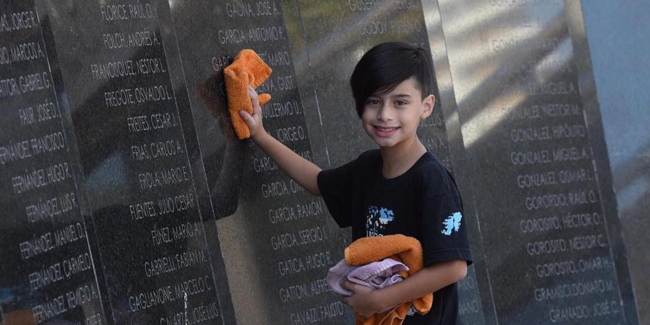Un niño de 9 años fue distinguido por limpiar las placas de los héroes de Malvinas en Rosario