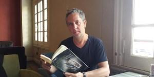 En su última novela, Guillermo Martínez imagina una intriga en torno de la vida de Lewis Carroll.