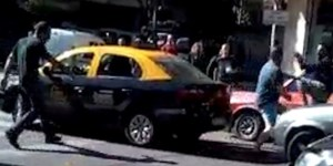 La imagen que se viralizó: un taxista desenfrenado en Villa Urquiza.