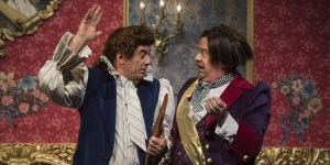 La precisa dirección de actores consigue destacar al numeroso elenco, con especial lucimiento de Alejandro Awada (el Adulador) y Guillermo Arengo (el Gobernador).