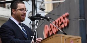"""""""Hasta que la Justicia no se haga presente no vamos a parar"""", señaló el titular de la mutual judía, Ariel Eichbaum ante la multitud."""