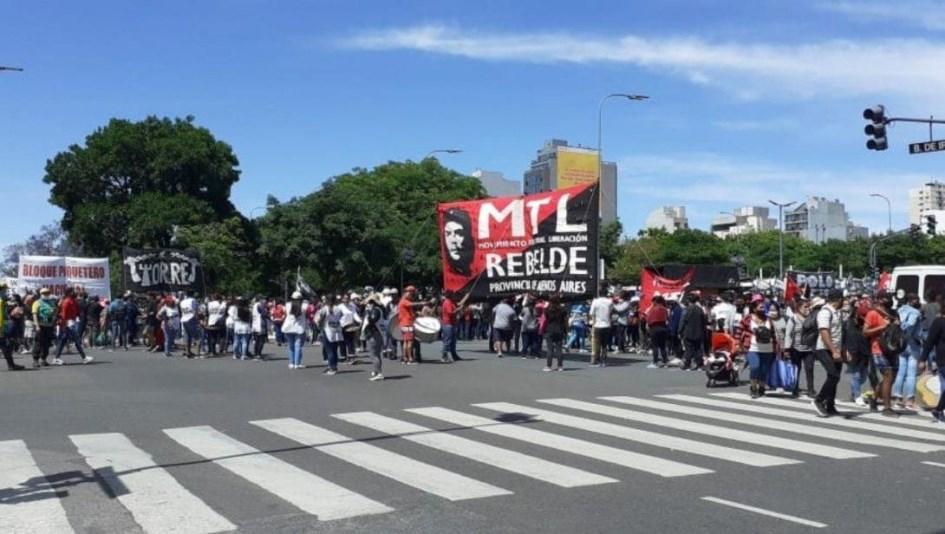 Agrupaciones de izquierda cortan 9 de Julio para pedir mayor asistencia estatal