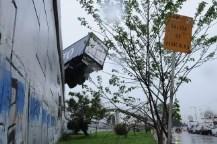 Un camión se despistó y quedó colgado de un puente en Camino Negro