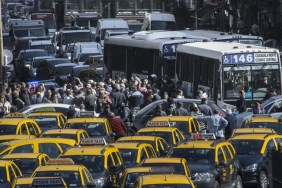 Una nueva protesta de taxistas contra Uber complicó el tránsito en la Capital
