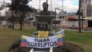 Atacaron con pintadas el busto de Néstor Kirchner en Ecuador antes de la llegada de Cristina