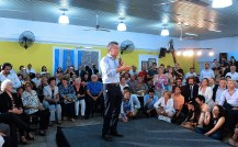 Tras la marcha atrás, Macri visitó un centro de jubilados en San Luis