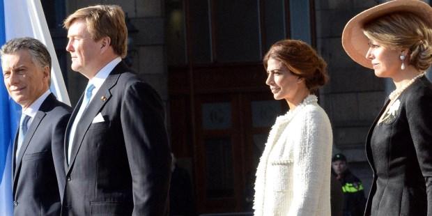 El presidente Mauricio Macri y su esposa Juliana Awada fueron recibidos con una ceremonia oficial que les brindaron los Reyes de los Países Bajos, al