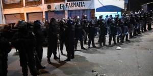 Cientos de puesteros rodeados de una fuerte custodia policial aguardaban que se autorice la apertura de las cuatro ferias que integran el complejo den
