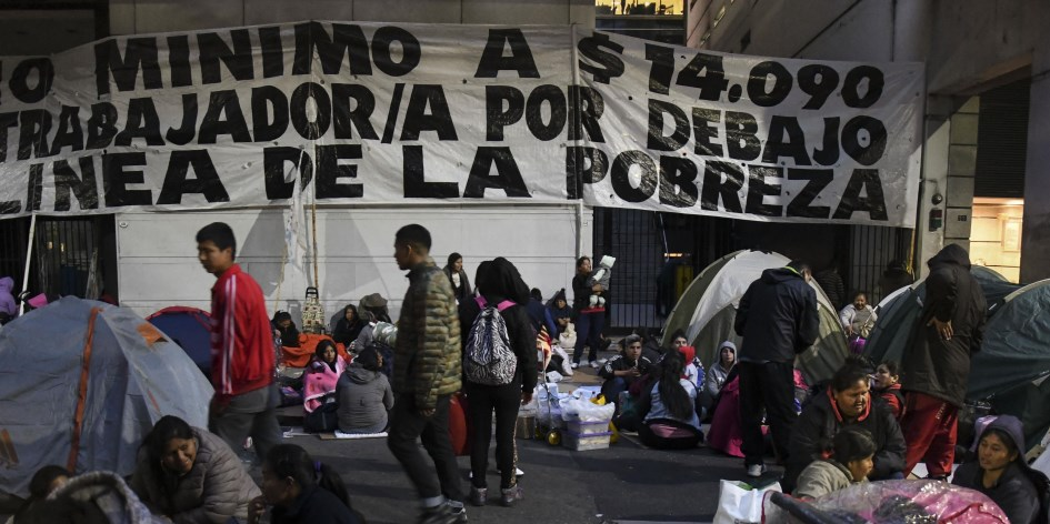Organizaciones sociales acampan frente al ministerio de Trabajo y la Ciudad es un caos