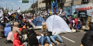 Doce militantes sociales del Movimiento Teresa Rodríguez se mantenían encadenados en la puerta de la sede del Ministerio de Desarrollo Social, en recl