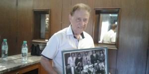 Sanfilippo, en su departamento del barrio de Caballito, con el cuadro que registra una de las visitas a Perón en la casa de Gaspar Campos.