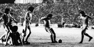 Ricardo Bochini convierte el gol decisivo en la final épica contra Talleres del 25 de enero de 1978.