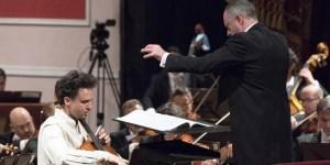 Debutantes en nuestro medio, el chelista alemán Leonard Elschenbroich y el director inglés Neil Thomson. CREDITO: GENTILEZA ARMANDO COLOMBAROLI