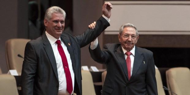Díaz-Canel, quien mañana cumplirá 58 años, subió al estrado y se abrazó con Raúl Castro, quien le levantó la mano en señal de triunfo.