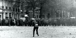 Daniel Cohn-Bendit, uno de los líderes de la revuelta, hace una mueca a un policía.