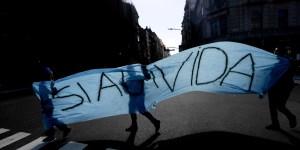 La movilización popular contra el aborto en la Argentina fue tan sorpresiva como misteriosa y logró torcer un resultado que parecía inevitable.