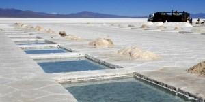 La explotación del litio requiere de una baja inversión en comparación con la minería metalífera. El mineral es clave para el desarrollo de la industr