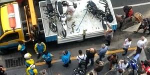 A un hombre le secuestraron su moto, se subió a la grúa y se la llevó
