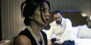 """En """"Ricos"""", Rosario Charo Jaimes y Alejandro Holm encarnan a un matrimonio que se decide a celebrar sus 21 años de casados."""