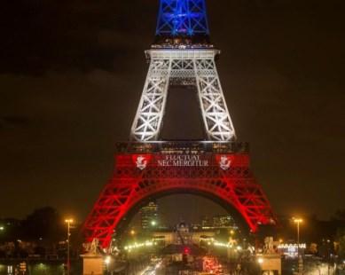 La Torre Eiffel Iluminada Por Los Colores Nacionales De