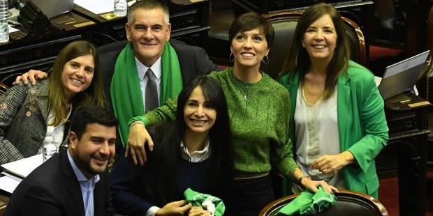 Resultado de imagen para Diputados argentinos con sus pañuelos verdes dentro del recinto